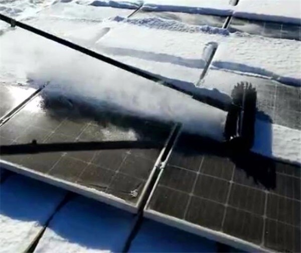Solar panel cleaning machine